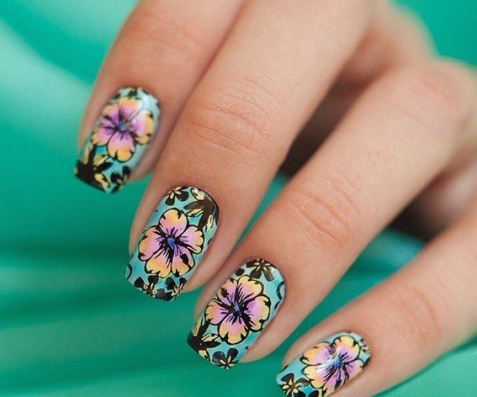 Маникюр с цветочным дизайном