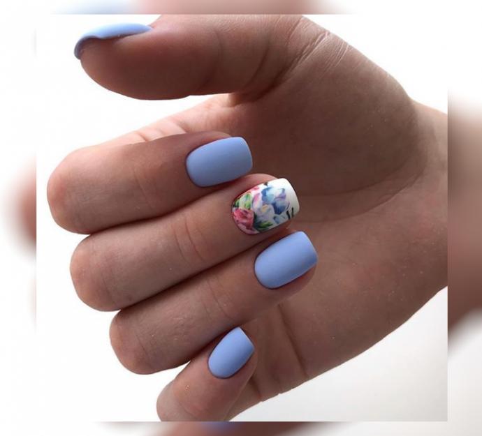 Матовый маникюр нежно-голубого цвета
