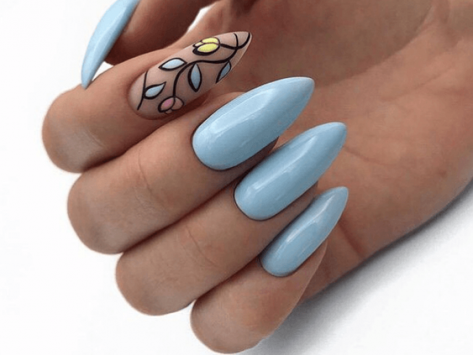 Маникюр в голубых тонах для заостренных ногтей