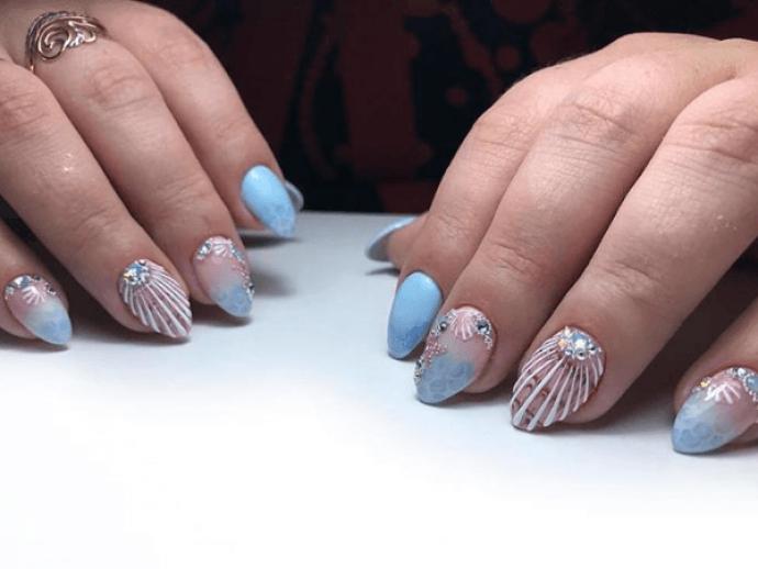 Морской маникюр в нежных тонах на острые ногти