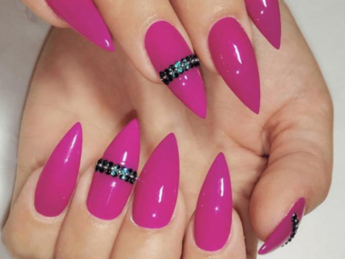 Маникюр цвета фуксии на острые ногти