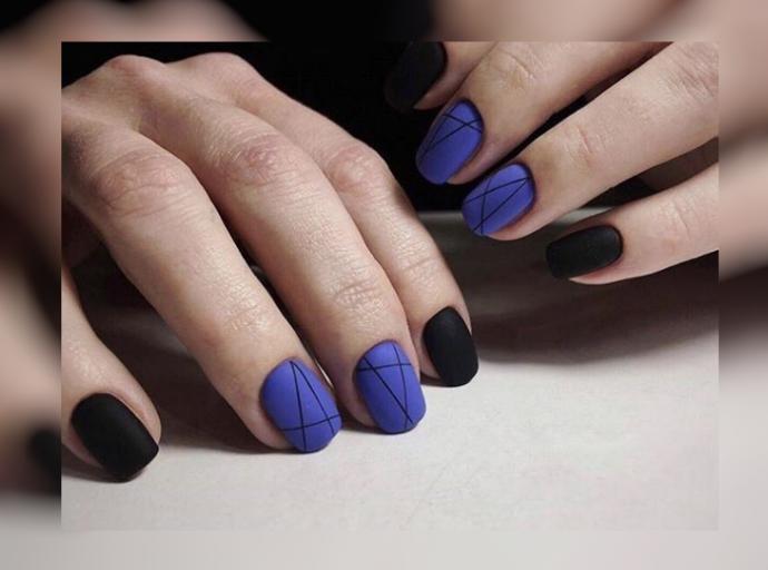 Матовый маникюр синий с черным