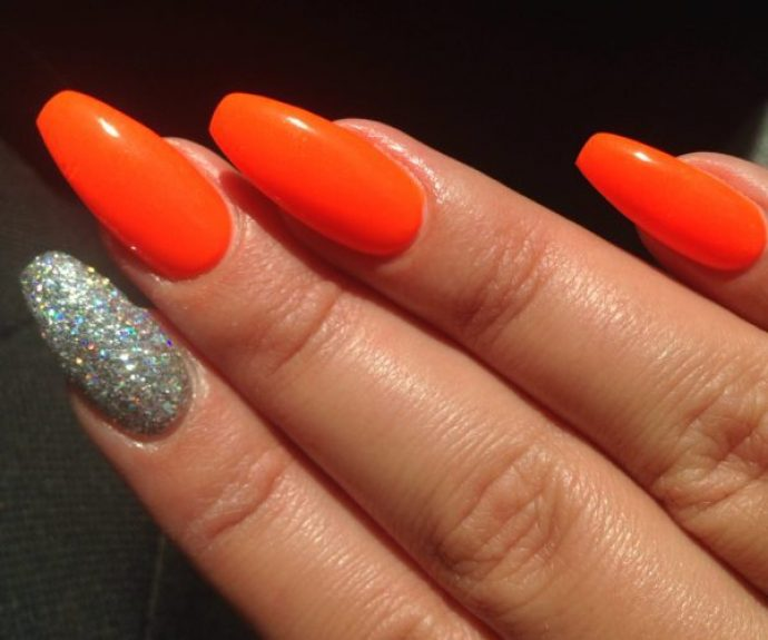Яркий маникюр оранжевый с серебряным