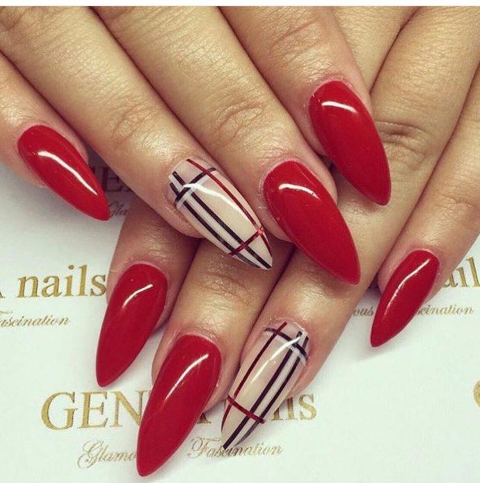 Дизайн ногтей в стиле Барбери