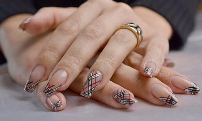 Вариант дизайна ногтей в стиле Барбери