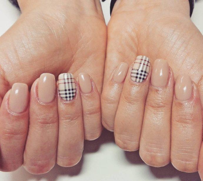 Дизайн ногтей нюдового оттенка в стиле Барбери