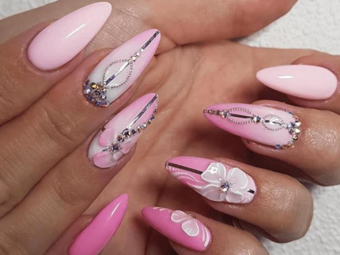 Нежно-розовый маникюр с декором на заостренные ногти