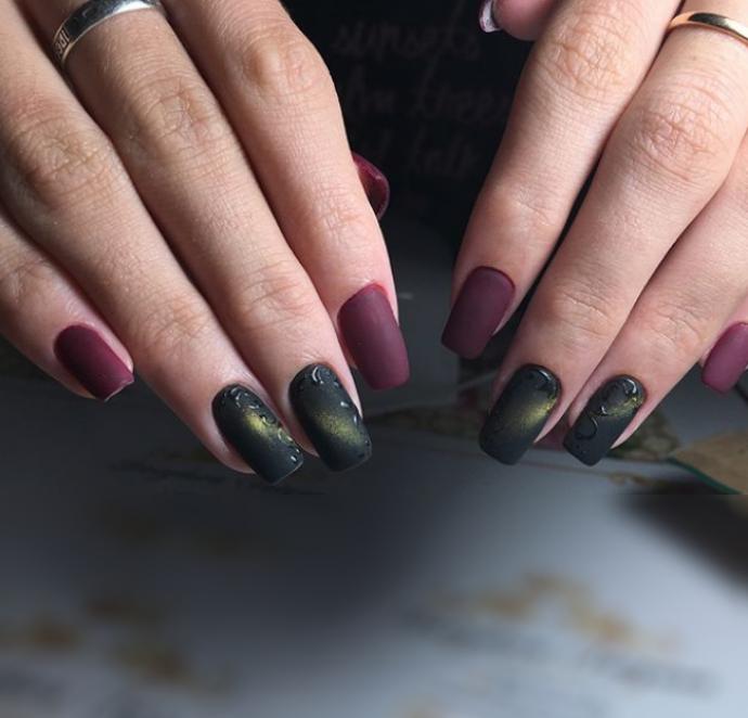 Матовый маникюр цвета марсала с темно-зеленым