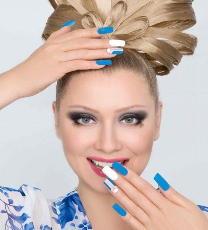 Лена Ленина с маникюром в сине-белых