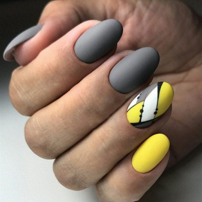 Вариант маникюр серого с желтым