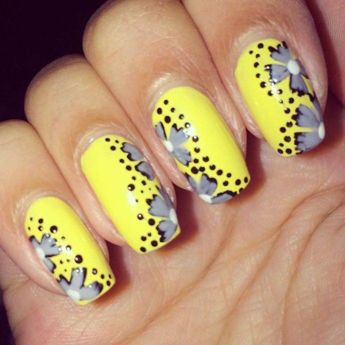 Идея желтого маникюра с серыми цветами
