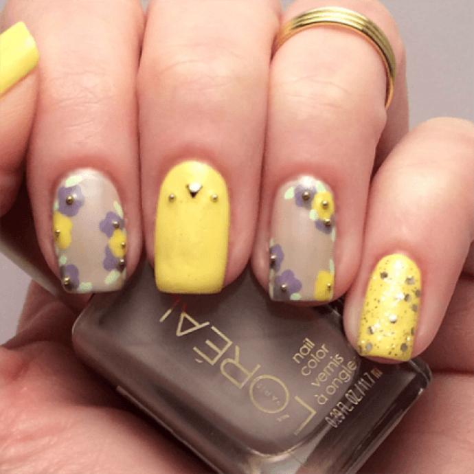 Идея желто-серого маникюра с цветами и декором