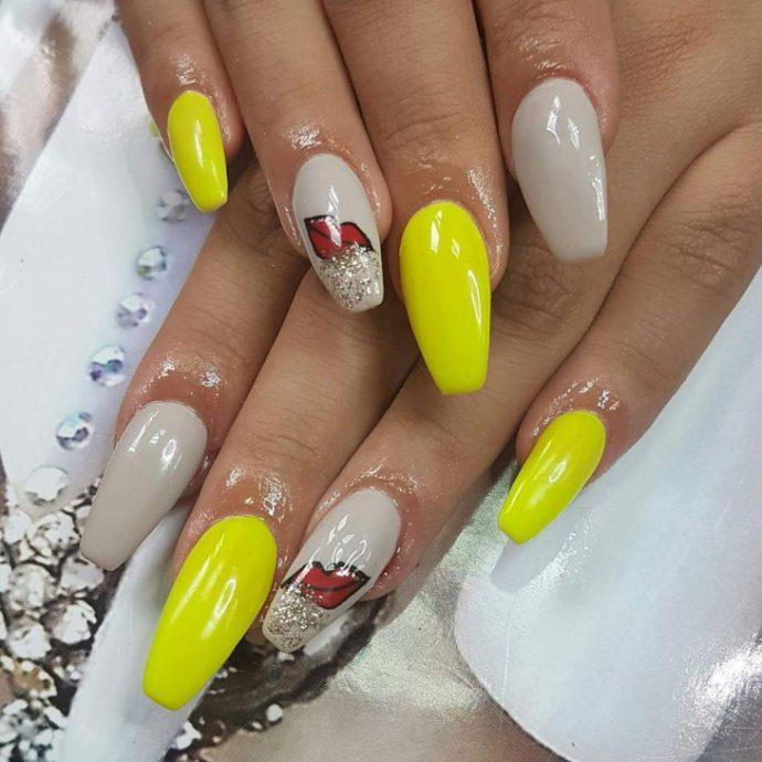 Дизайн ногтей серый с желтым