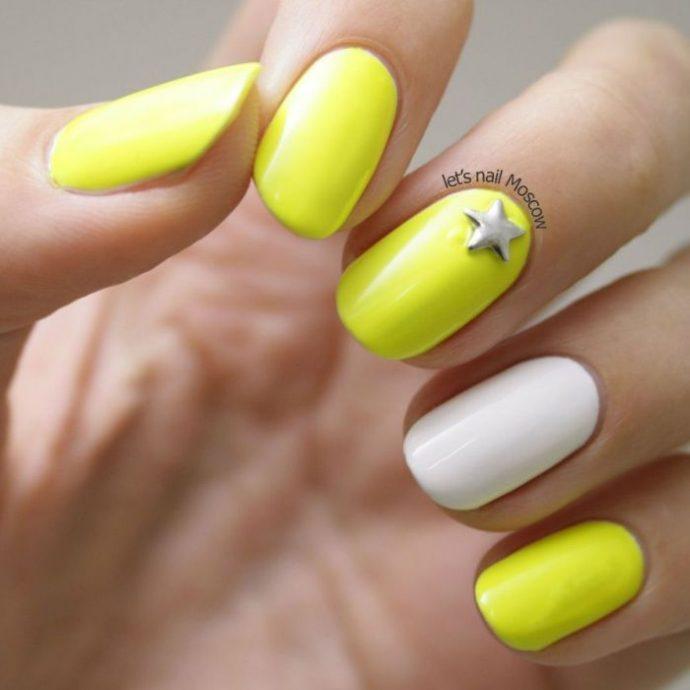Желтый маникюр с серым декором