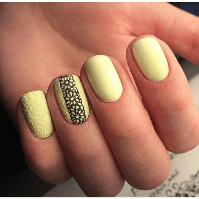 Маникюр нежно-желтого оттенка с черным