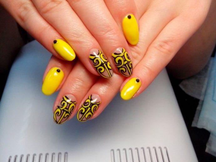 Маникюр желтый с черным с оригинальным рисунком