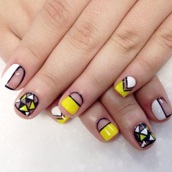 Черно-желтый маникюр с геометрическим рисунком