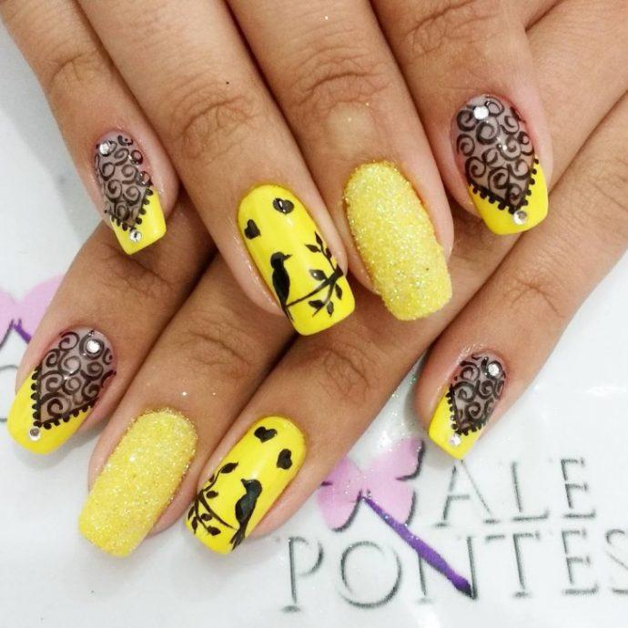 Желтый маникюр с черными рисунками