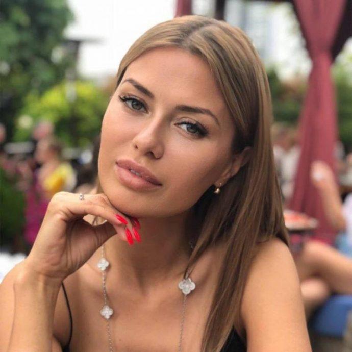 Виктория Боня с маникюром красного цвета