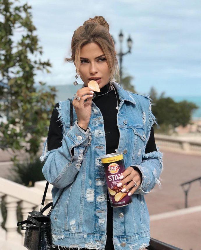 Виктория Боня ест чипсы