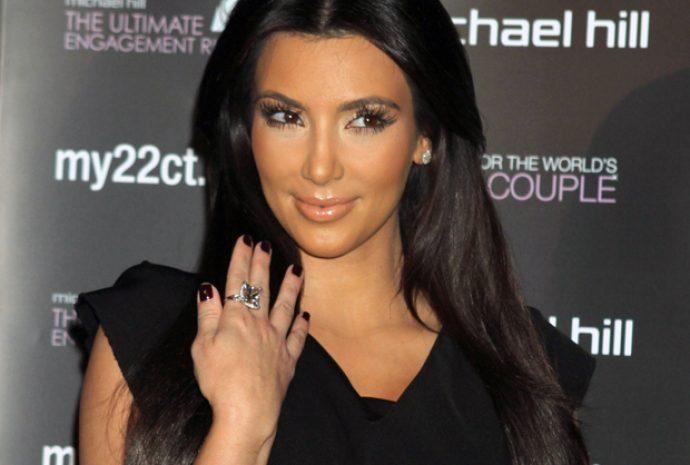 Ким Кардашьян с маникюром темного цвета
