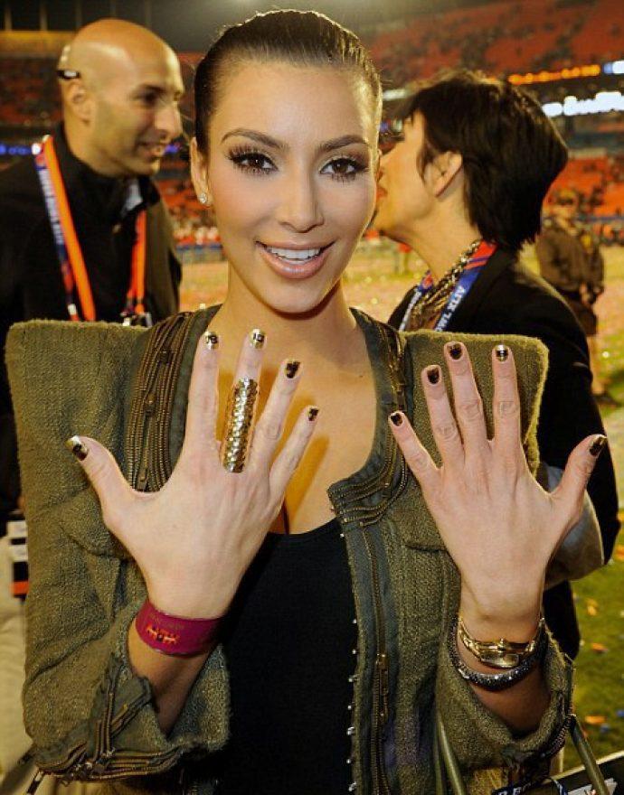 Ким Кардашьян с золотым маникюром