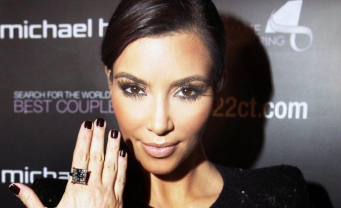 Ким Кардашьян с маникюром черного цвета