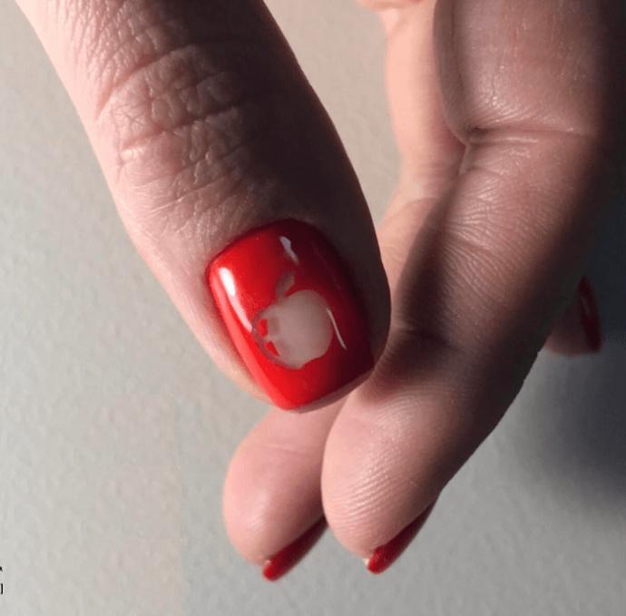 Голый маникюр с красным лаком