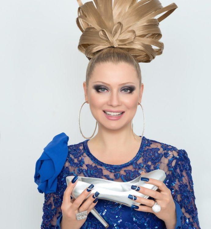 Лена Ленина с маникюром синего цвета