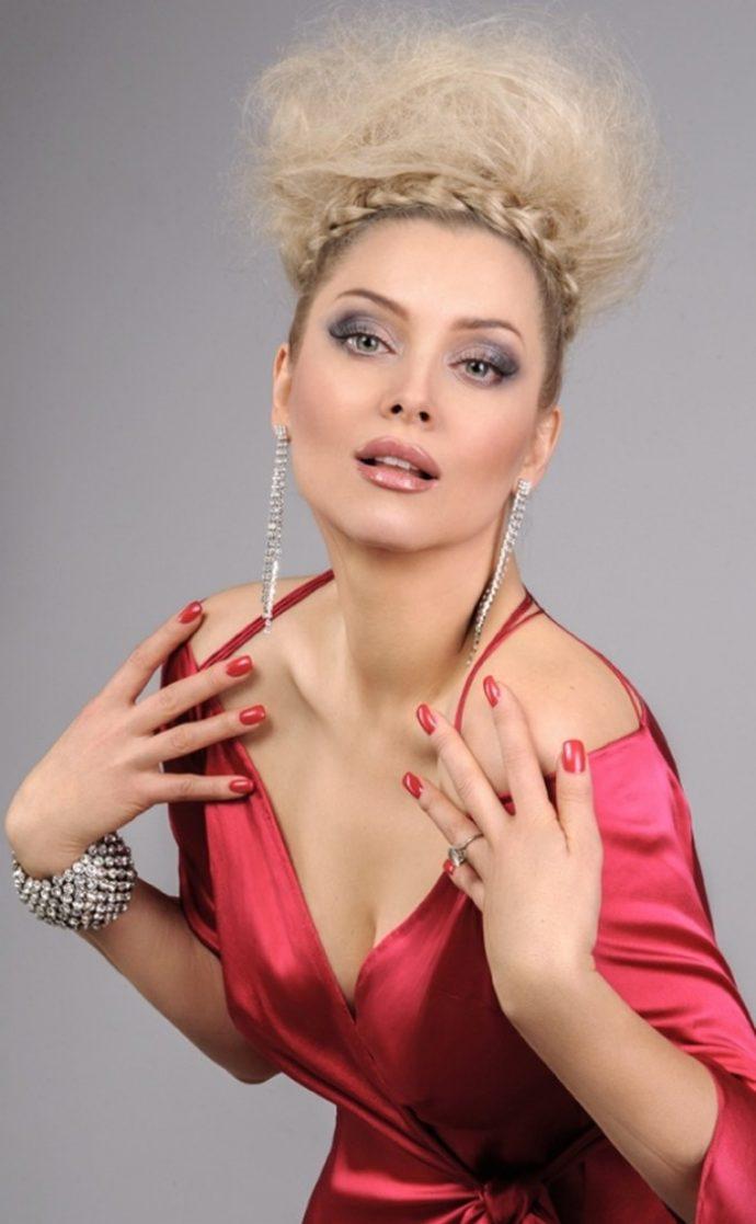 Лена Ленина с алым маникюром