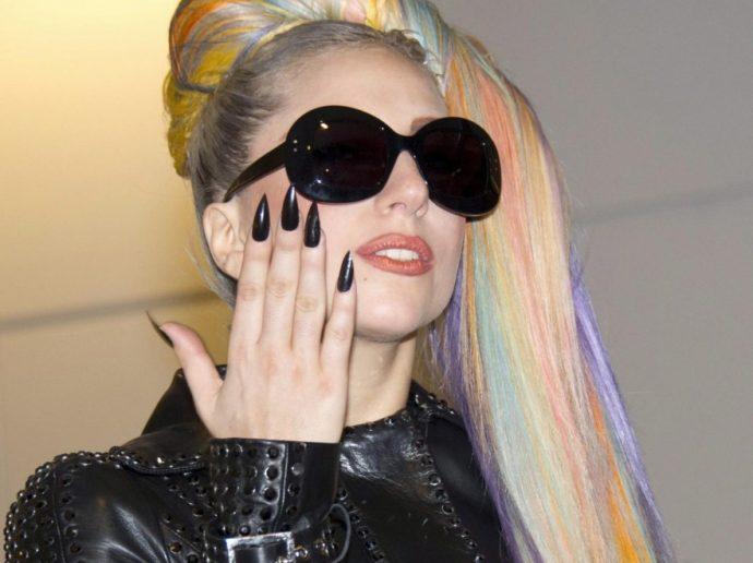 Леди Гага с черным маникюром на заостренных ногтях