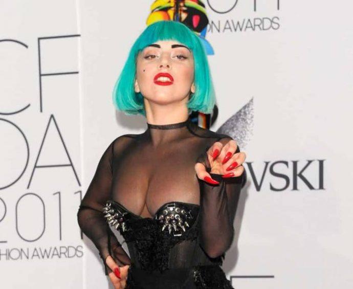 Леди Гага с маникюром красного цвета