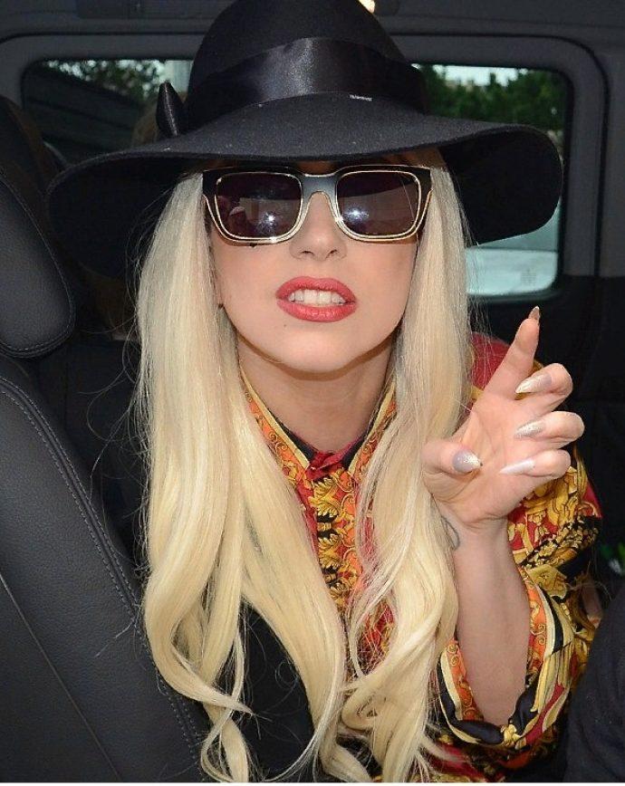 Леди Гага со светлым маникюром