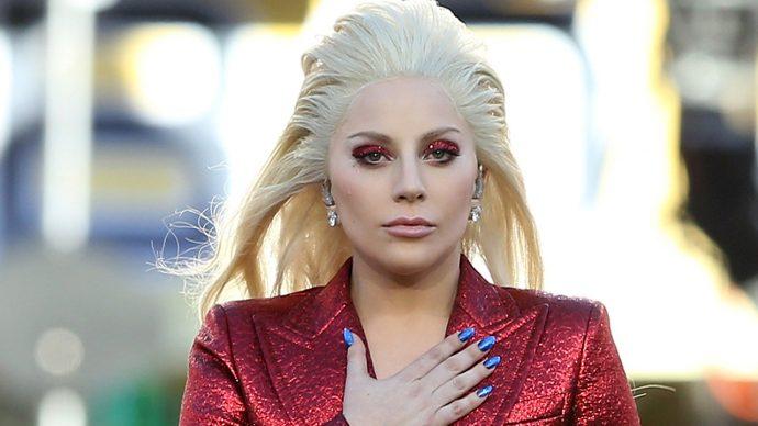 Леди Гага с маникюром синего цвета