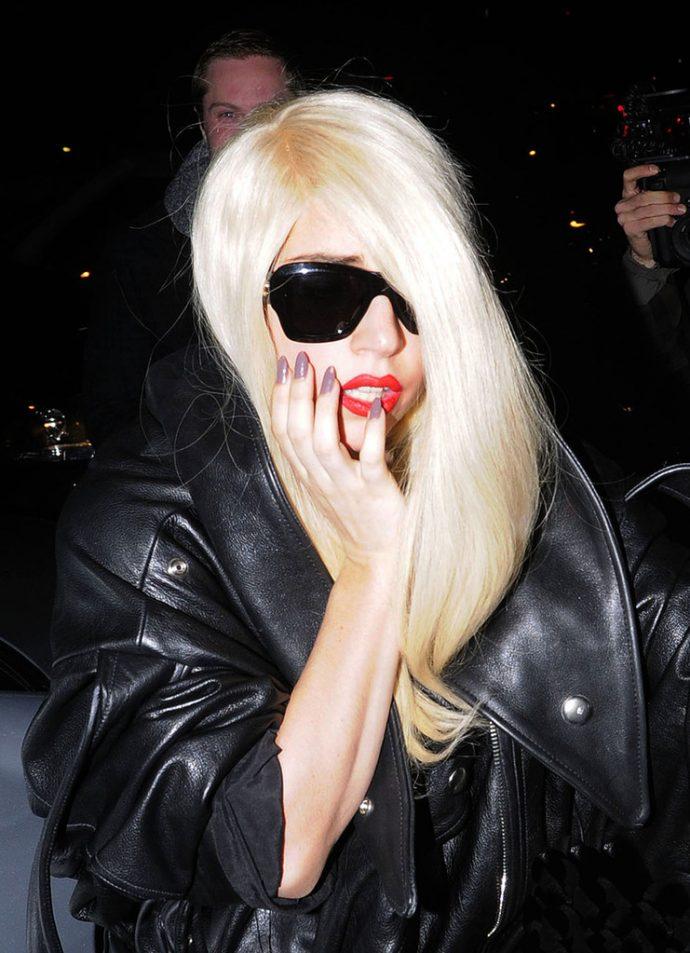 Леди Гага с серым маникюром