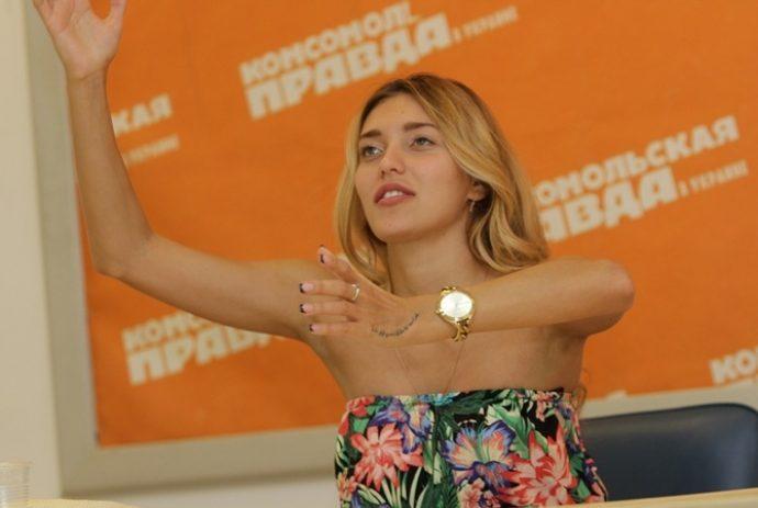 Регина Тодоренко с маникюром френч