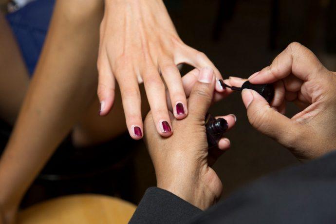 Мастер выполняет контуринг ногтей
