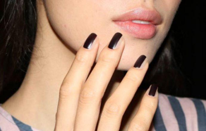 Контуринг ногтей у девушки