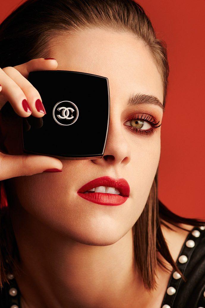 Кристен Стюарт в рекламе Коко Шанель с красным маникюром