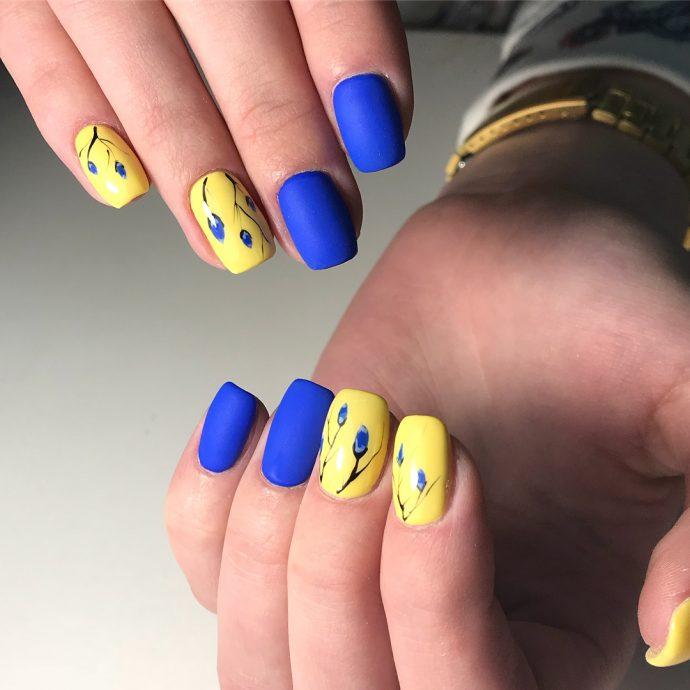 Идея синего маникюра с желтым