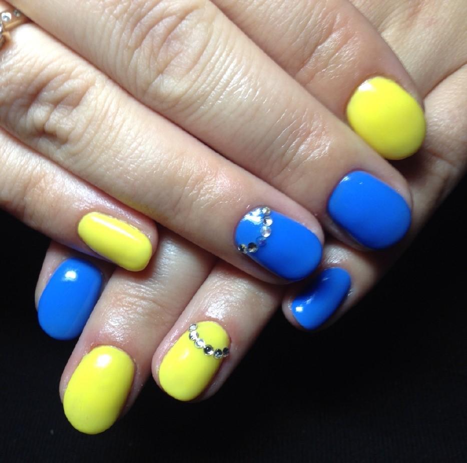 Маникюр синий с желтым: 24 вариантов дизайна на фото