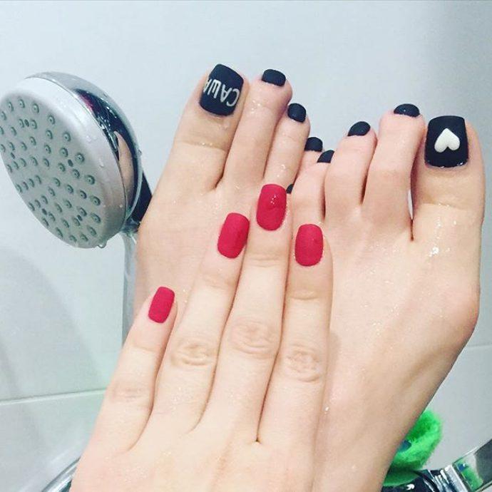 Маникюр и педикюр черного и красного цвета у Настасьи Самбурской