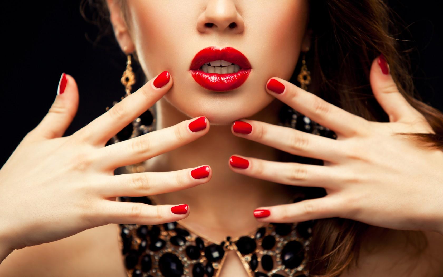 Женщина брюнет с красными ногтями и составом Стоковое Изобра