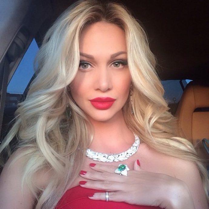 Виктория Лопырева с красным маникюром