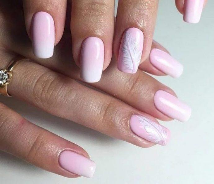 Маникюр нежно-розового цвета с пером