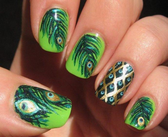 Дизайн ногтей с пером павлина