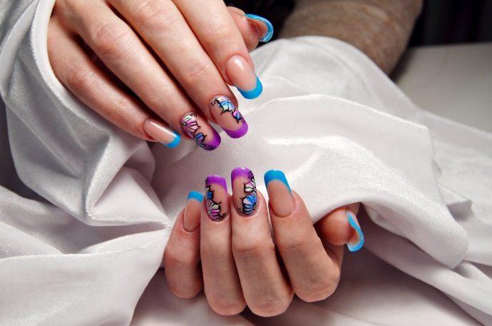 Идея арочного маникюра с френчем фиолетового и голубого цвета
