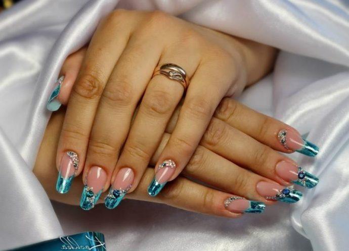 Идея арочного дизайна ногтей в голубых тонах