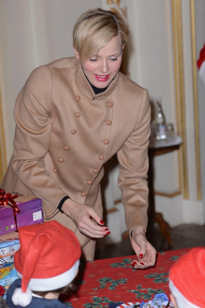 Княгиня Шарлен с красным маникюром
