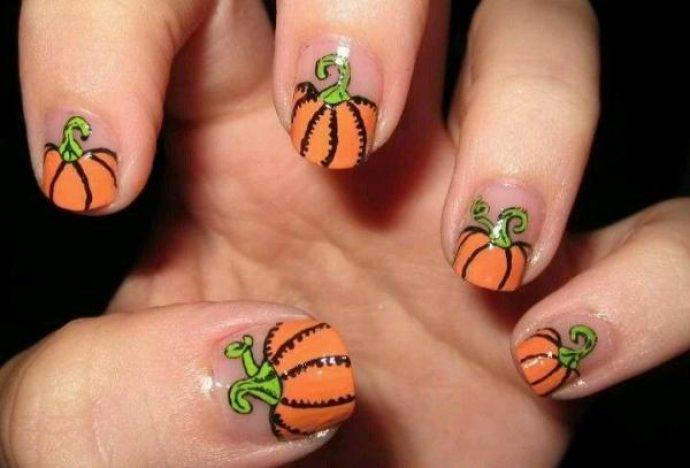 Голый маникюр с оранжевыми тыквами